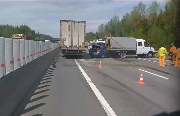 Пассажир Chevrolet погиб вжутком ДТП сфургоном под Тосно