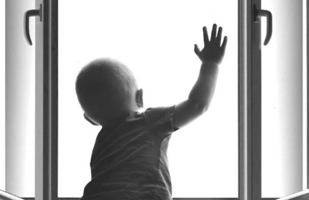 Четырехлетний мальчик выпал изокна вПарголове