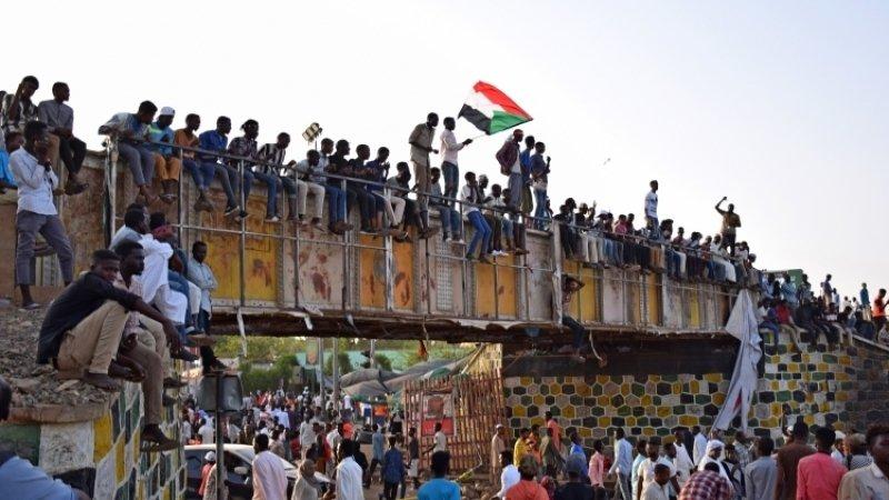 Демонстранты в Судане попытались перекрыть два моста через Нил