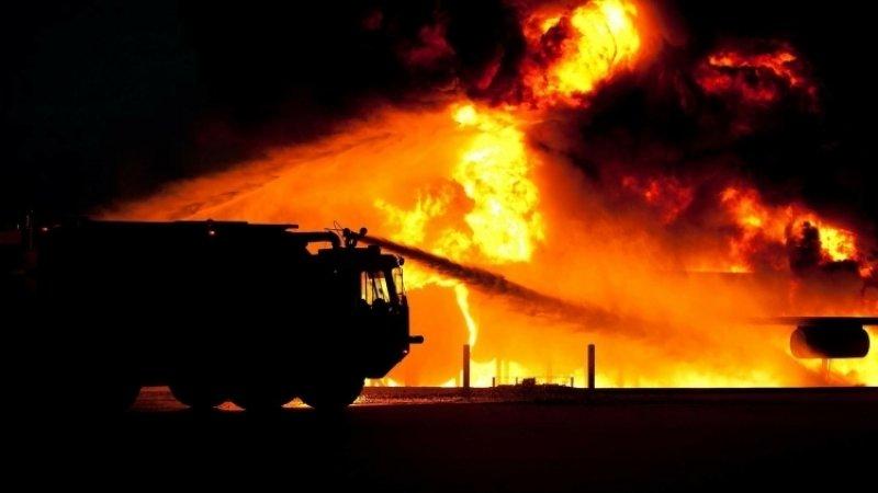 Склады и хозпостройки загорелись в Ленобласти