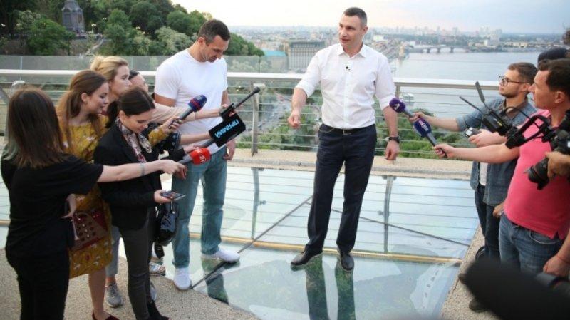 Стеклянный мост в Киеве треснул через сутки после открытия