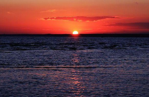Рыбак упал сдамбы Финского залива вовремя ловли корюшки