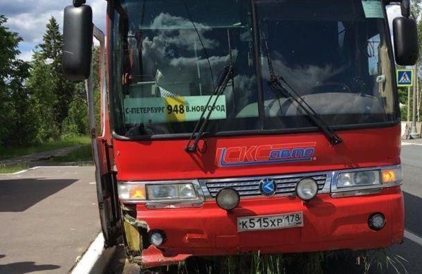 Автобус изПетербурга попал ваварию вЛюбани