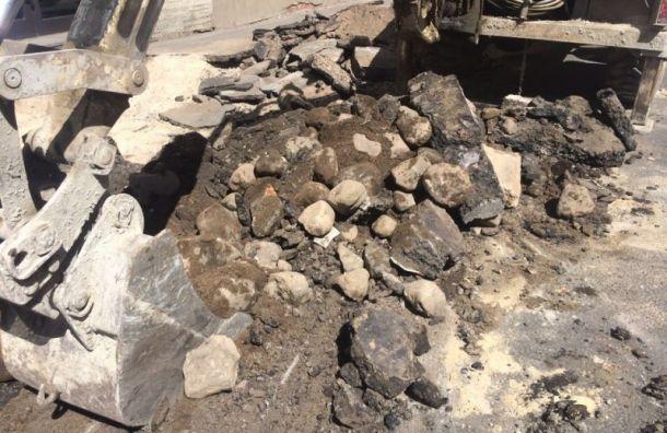 Рабочие повредили старинный булыжник наПетроградке
