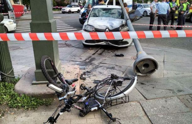 Сбившего пешеходов наПетроградке водителя спасли отсамосуда полицейские
