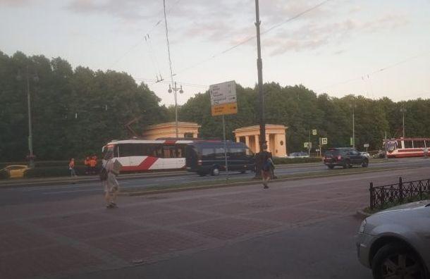 Трамвай сбил велосипедиста напереходе кПарку Победы