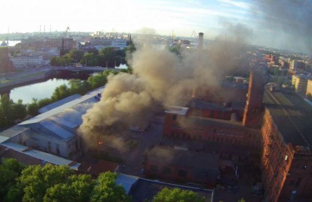 Сильный пожар объял петербургский завод