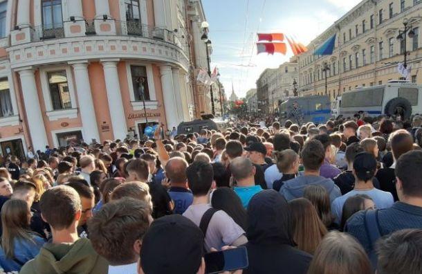 Тысячи зрителей заполонили Невский в ожидании