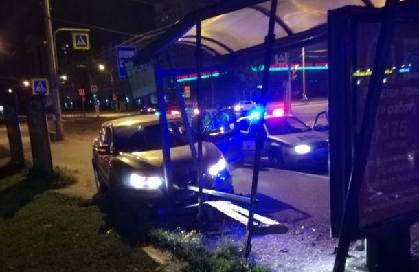 Девушка накаршеринговом авто врезалась востановку, уходя отпогони