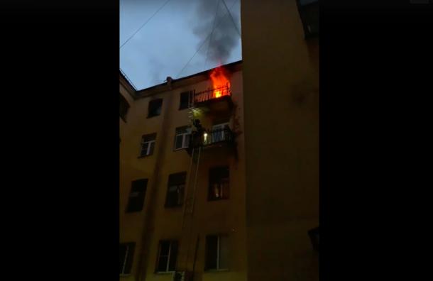 Пожарные спасли изгорящей квартиры обнаженную петербурженку