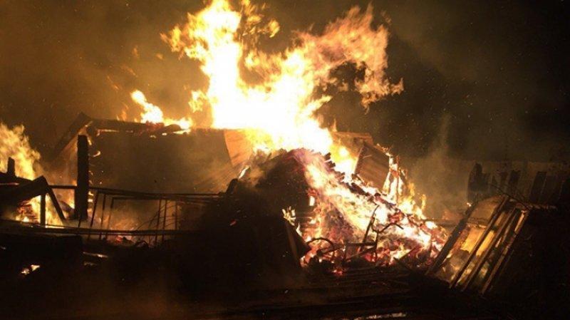 Трое детей погибли при пожаре в частном доме в Новосибирской области