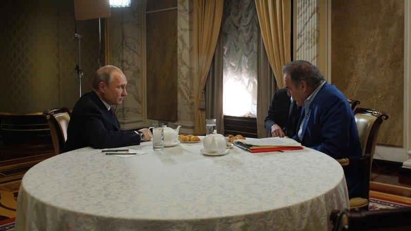 Режиссер Стоун предложил Путину стать крестным отцом его дочери