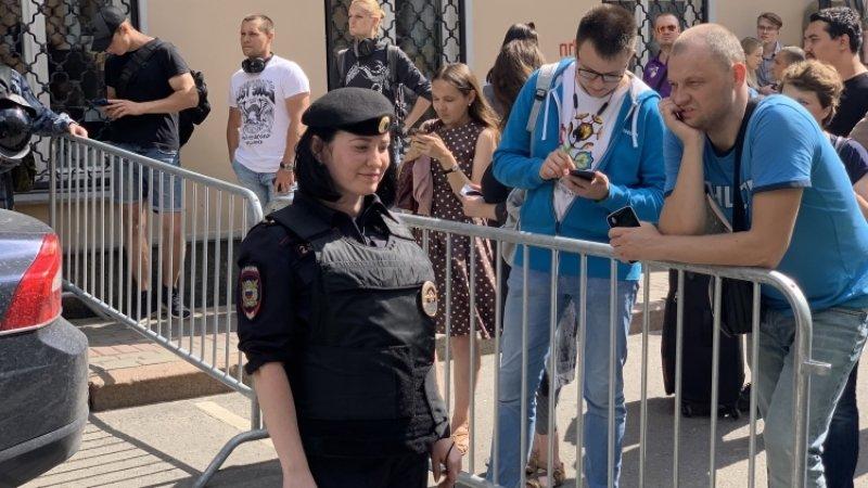 Оппозиционная тусовка на незаконном митинге в Москве состоит из приезжих и журналистов