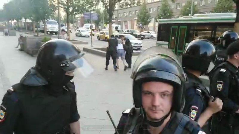 Атаковавших полицию правонарушителей задержали в центре Москвы