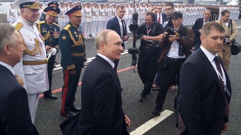 Путин на параде ВМФ поговорил с пострадавшими от паводка в Тулуне