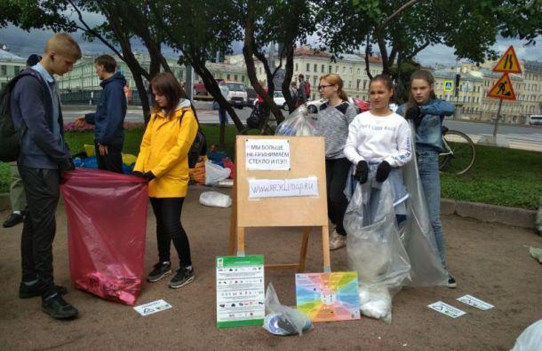 Петербуржцы сдают мусор впунктах
