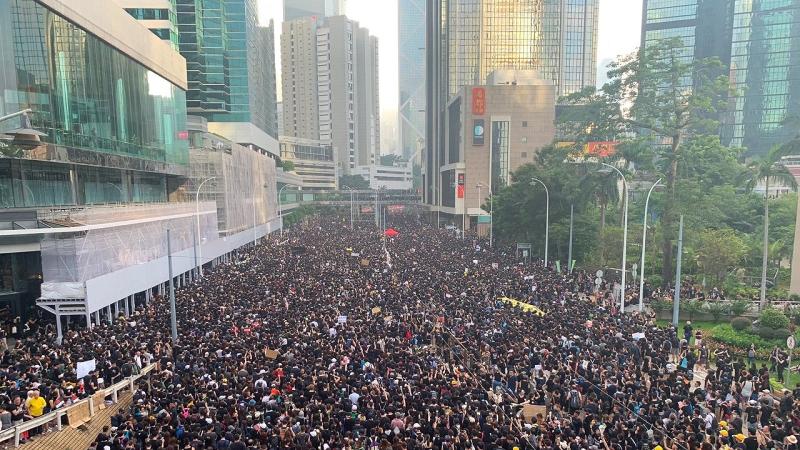 Протестующие в Гонконге собираются у штаб-квартиры полиции