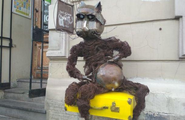 Металлический кот Василий обрел новый железный чемодан
