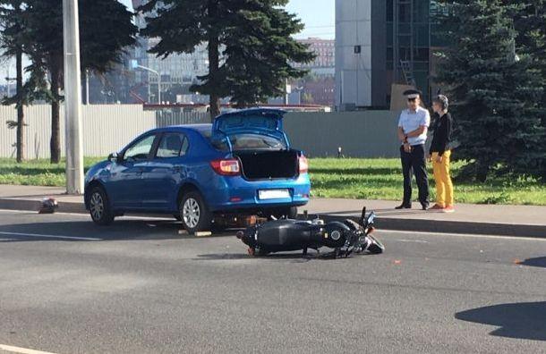 Logan задавил мотоциклистку насъезде смоста Александра Невского
