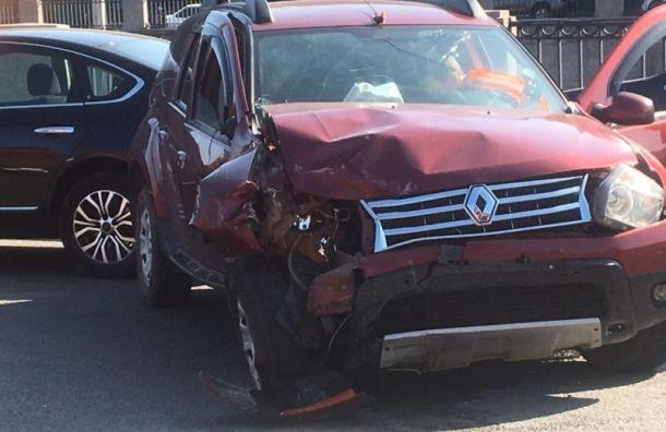 Renault Duster протаранил шесть припаркованных машин наОбводном