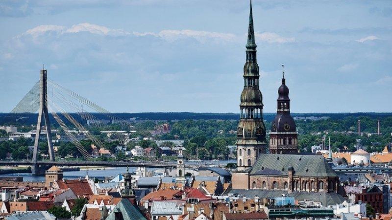 Работа одного из крупнейших банков Латвии приостановлена