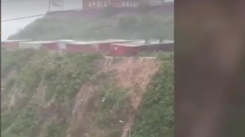 Мэр Владивостока Гуменюк прибыл на место, где холм из-за ливней осыпался на дорогу