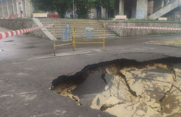 Огромная яма образовалась васфальте на2-ом Муринском проспекте