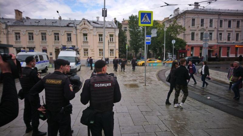 Оппозиция не смогла собрать людей на незаконном митинге в Москве