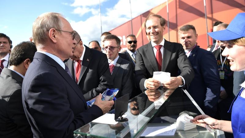 Продавщица мороженого рассказала о второй встрече с Путиным на МАКС