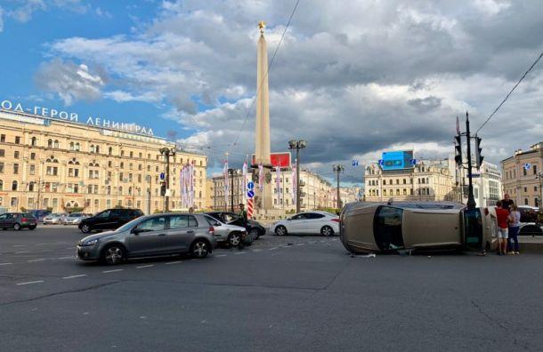 Volkswagen завалился набок наплощади Восстания