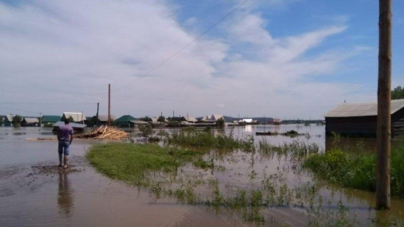 В Хабаровском крае из-за паводка дети добираются до школ на лодках