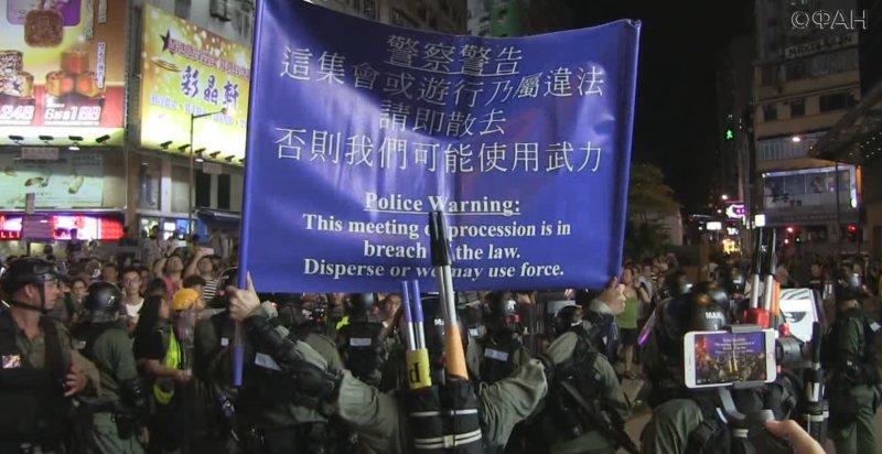 Полиция Гонконга защитила станцию метро Prince Edward гранатами со слезгонкой