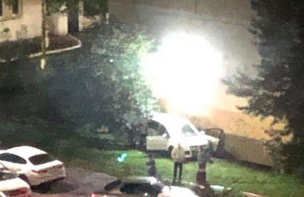 Автоледи выпала из машины при парковке на Наставников