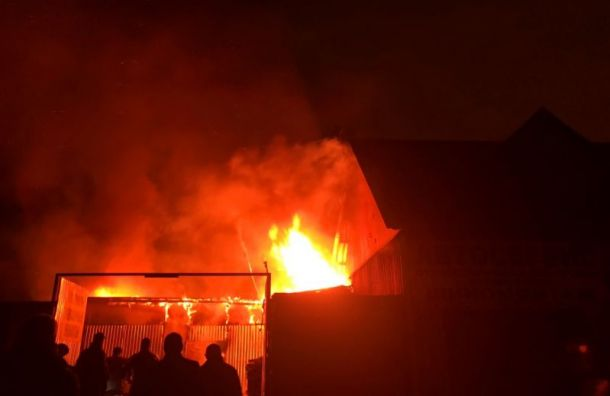 Автосервис на Парнасной сгорел за час