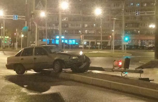 Водитель влетел всветофор наСофийской площади