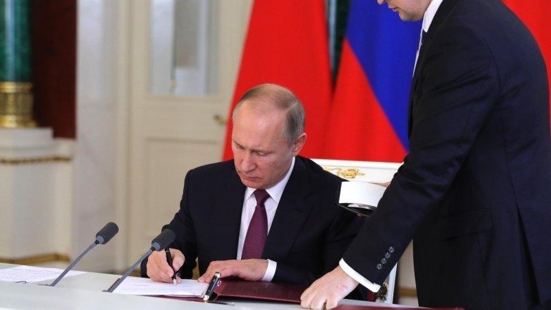 Путин освободил Глазьева от должности своего советника