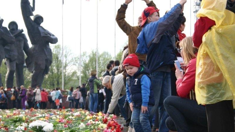 Бывший депутат Европарламента прокомментировал осквернение памятника освободителям в Риге