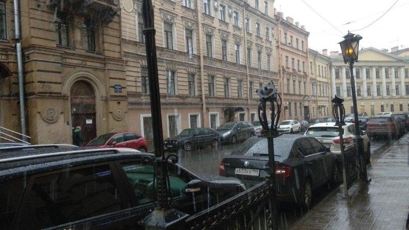 Снегоуборочная техника оперативно вышла на улицы Петербурга после выпадения осадков