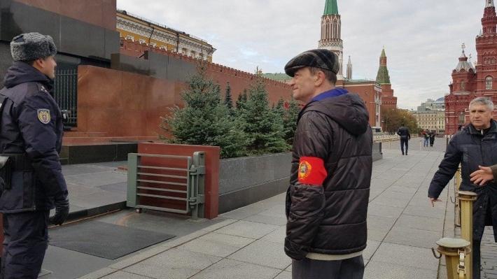 Ленин спит, блаженно млея