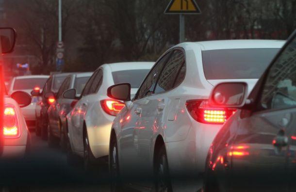 Автомобилисты стоят вдлинных пробках награнице сФинляндией
