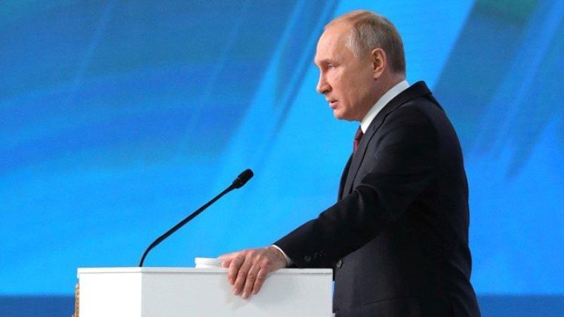 Путин призвал членов правительства последовать его примеру и привиться от гриппа