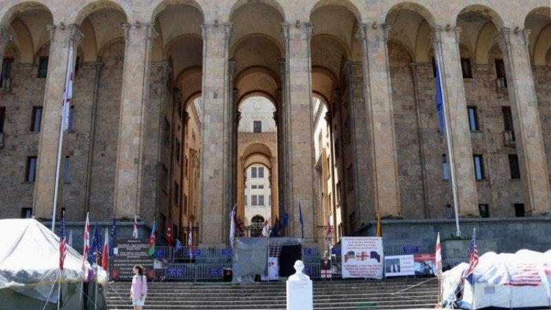 Манифестанты продолжают блокировать парламент в Тбилиси, не пуская депутатов на работу