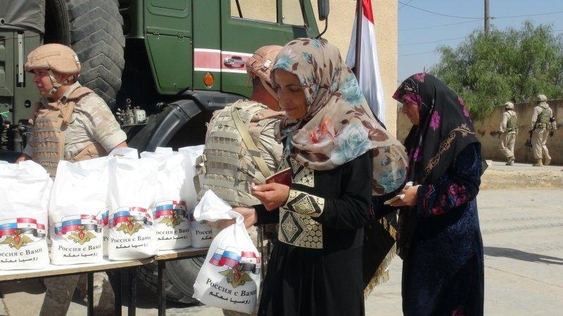 Российские военные раздали продукты и школьные принадлежности жителям Даръа в САР