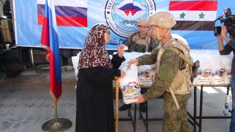 Российские офицеры привезли гуманитарную помощь жителям сирийской провинции Даръа