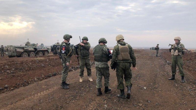 Российские и турецкие военные совершили поездку по трассе М-4 в Сирии