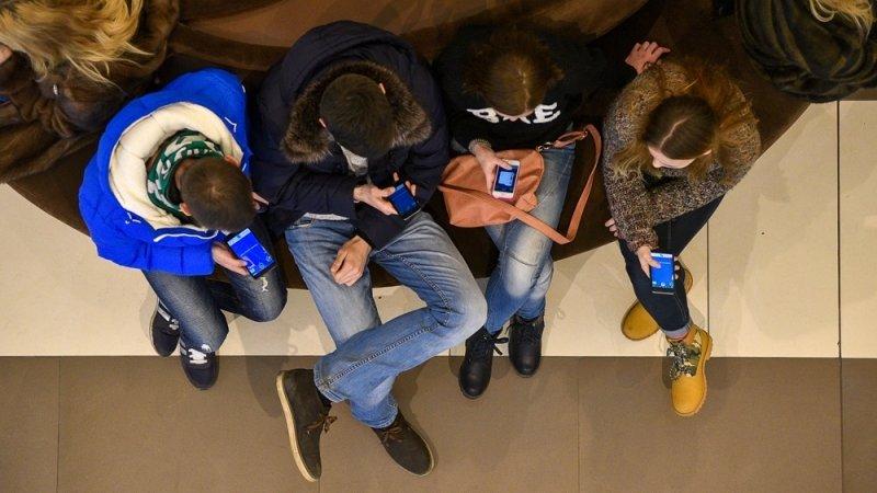Примерно четверть школ в России запретили мобильные телефоны на уроках