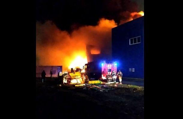 Пожарные тушили склад воФрунзенском районе 11 часов
